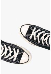 Czarne tenisówki Converse z okrągłym noskiem, na średnim obcasie