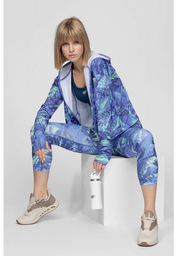 4f - Bluza treningowa damska. Typ kołnierza: kaptur. Kolor: niebieski. Materiał: dzianina, włókno. Sport: fitness