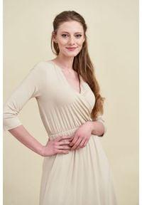 Marie Zélie - Sukienka Rita waniliowa. Typ kołnierza: dekolt kopertowy. Materiał: elastan, materiał, wiskoza, tkanina, dzianina. Długość rękawa: krótki rękaw. Typ sukienki: proste, kopertowe