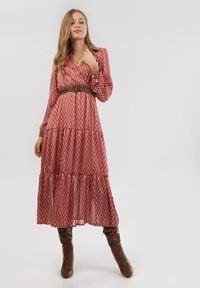 Born2be - Czerwona Sukienka Nesasis. Typ kołnierza: kolnierz wykładany. Kolor: czerwony. Długość rękawa: długi rękaw. Typ sukienki: kopertowe. Długość: midi