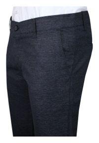 Granatowe Casualowe Spodnie Męskie, Slim Fit -TO-ON- Zwężane, Chinosy, Tłoczony Wzór, Melanżowe. Okazja: na co dzień. Kolor: niebieski. Materiał: elastan, bawełna. Wzór: melanż. Styl: casual