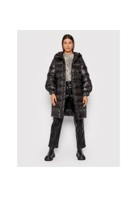 TwinSet - Czarna puchowa kurtka zimowa do kolan Twinset. Kolor: czarny. Materiał: puch. Długość: do kolan. Sezon: zima