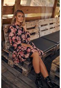 Makadamia - Romantyczna Sukienka w Kwiatowy Wzór - Model 5. Materiał: poliester. Wzór: kwiaty
