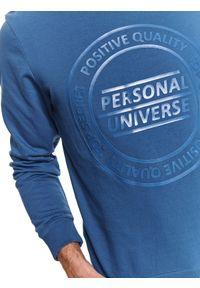 Niebieska bluza TOP SECRET na zimę, w kolorowe wzory