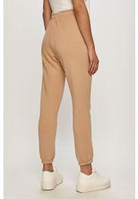 Beżowe spodnie dresowe gładkie