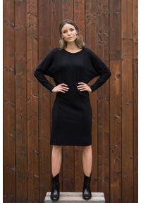 VEVA - Czarna Sukienka dwustronna Cozy Jazz. Okazja: do pracy. Typ kołnierza: typu klepsydra. Kolor: czarny. Materiał: dzianina