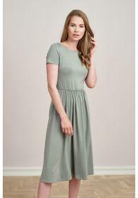 Marie Zélie - Sukienka Emelina jasna oliwka mikromodal krótki rękaw. Materiał: wiskoza, dzianina, elastan, włókno, skóra, guma. Długość rękawa: krótki rękaw. Styl: klasyczny. Długość: midi