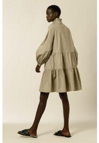 IVY & OAK - Sukienka TBA. Typ kołnierza: kołnierzyk stójkowy. Kolor: zielony. Materiał: bawełna. Długość rękawa: długi rękaw. Typ sukienki: rozkloszowane