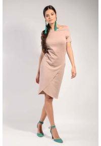 Nommo - Cappuccino Dzianinowa Sukienka z Wywijanym Dekoltem. Materiał: dzianina