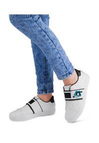 Buty sportowe damskie Ideal Shoes W3079 Białe. Zapięcie: bez zapięcia. Kolor: biały. Materiał: tworzywo sztuczne. Wzór: aplikacja. Obcas: na obcasie. Wysokość obcasa: niski. Sport: turystyka piesza