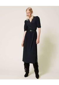 TwinSet - TWINSET - Czarna sukienka z kopertowym dekoltem. Typ kołnierza: dekolt kopertowy. Kolor: czarny. Typ sukienki: kopertowe. Długość: maxi