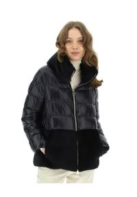 HERNO - Czarna pikowana kurtka z wysokim kołnierzem. Kolor: czarny. Materiał: futro