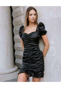 DOLLINA - Czarna marszczona sukienka Mariposa. Kolor: czarny. Materiał: wiskoza, satyna. Wzór: aplikacja