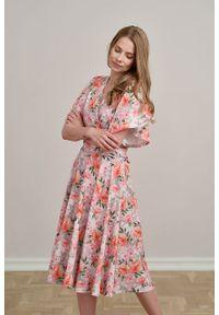 Marie Zélie - Sukienka Eudora Hana różowa. Typ kołnierza: dekolt kopertowy. Kolor: różowy. Materiał: bawełna, dzianina, elastan. Typ sukienki: kopertowe