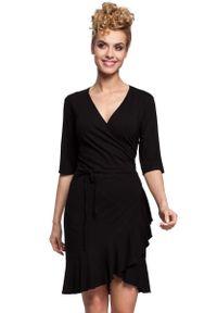Czarna sukienka z falbanami MOE z kopertowym dekoltem, kopertowa