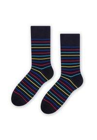More - Czarne skarpetki męskie w kolorowe paski SK245. Kolor: czarny. Materiał: bawełna, poliamid, elastan. Wzór: paski, kolorowy