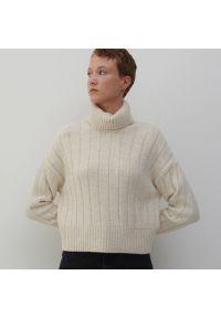 Reserved - Dzianinowy sweter z golfem - Beżowy. Typ kołnierza: golf. Kolor: beżowy. Materiał: dzianina