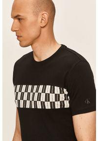 Czarny t-shirt Calvin Klein Jeans na co dzień, casualowy, z aplikacjami
