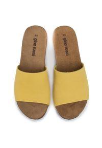 Żółte klapki Gino Rossi na co dzień, casualowe