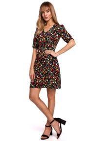 MOE - Krótka Sukienka w Kwiatki z Zakładką na Rękawie - Model 6. Materiał: wiskoza. Wzór: kwiaty. Długość: mini