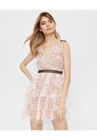 SELF PORTRAIT - Koronkowa sukienka mini. Typ kołnierza: kokarda. Kolor: beżowy. Materiał: koronka. Długość rękawa: na ramiączkach. Typ sukienki: kopertowe, rozkloszowane, dopasowane. Styl: wizytowy, klasyczny. Długość: mini