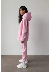 Marsala - Spodnie dresowe typu jogger w kolorze BARBIE PINK - DISPLAY BY MARSALA. Stan: podwyższony. Materiał: dresówka. Styl: elegancki