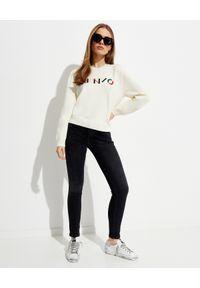 Kenzo - KENZO - Wełniany sweter z logo. Kolor: beżowy. Materiał: wełna. Długość rękawa: długi rękaw. Długość: długie. Wzór: aplikacja, kolorowy. Sezon: wiosna. Styl: klasyczny