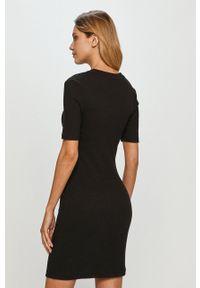 Calvin Klein Jeans - Sukienka. Kolor: czarny. Materiał: dzianina. Wzór: gładki. Typ sukienki: dopasowane