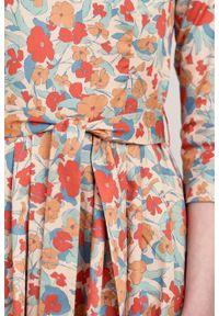 Marie Zélie - Sukienka Elina Alca brzoskwiniowa. Kolor: pomarańczowy. Materiał: satyna, materiał, bawełna. Typ sukienki: rozkloszowane. Styl: klasyczny