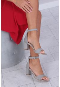Szare sandały Casu z paskami
