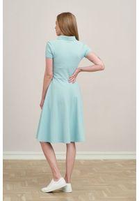 Marie Zélie - Sukienka Polo trapezowa błękit laguny krótki rękaw. Okazja: do pracy, na co dzień. Typ kołnierza: polo. Materiał: bawełna, dzianina, materiał. Długość rękawa: krótki rękaw. Typ sukienki: trapezowe. Styl: wakacyjny, sportowy, klasyczny, casual
