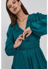 Guess - Sukienka. Kolor: zielony. Materiał: tkanina, satyna, materiał. Długość rękawa: długi rękaw. Wzór: ze splotem. Typ sukienki: rozkloszowane
