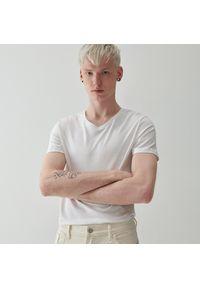 Reserved - T-shirt z dekoltem w serek - Biały. Typ kołnierza: dekolt w serek. Kolor: biały