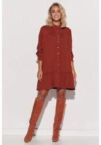 e-margeritka - Sukienka koszulowa trapezowa z falbaną ceglasta - 36/38. Typ kołnierza: kołnierzyk stójkowy. Kolor: czerwony. Materiał: wiskoza, materiał. Typ sukienki: koszulowe, trapezowe. Styl: klasyczny, elegancki