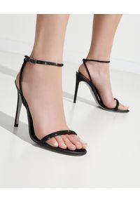 RENE CAOVILLA - Czarne sandały na szpilce Ellabrita. Zapięcie: pasek. Kolor: czarny. Materiał: materiał. Wzór: aplikacja, nadruk. Obcas: na szpilce