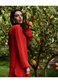 WILD MASCOT - Sukienka maxi z falbanami. Kolor: czerwony. Materiał: materiał. Wzór: aplikacja. Sezon: lato. Typ sukienki: rozkloszowane. Długość: maxi #3