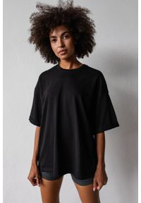 Marsala - T-shirt typu oversize w kolorze TOTALLY BLACK - COY BY MARSALA. Materiał: bawełna, elastan. Styl: elegancki