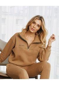 SELF LOVE - Kamelowa bluza z suwakiem Aspen. Kolor: beżowy. Materiał: dresówka, bawełna. Wzór: nadruk, aplikacja