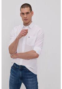 Tommy Jeans - Koszula bawełniana. Okazja: na co dzień. Typ kołnierza: kołnierzyk włoski. Kolor: biały. Materiał: bawełna. Długość rękawa: długi rękaw. Długość: długie. Wzór: aplikacja. Styl: casual