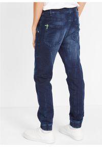 """Dżinsy dresowe chłopięce z elastycznym paskiem, Slim Fit bonprix ciemnoniebieski """"stone"""". Kolor: niebieski. Wzór: napisy"""