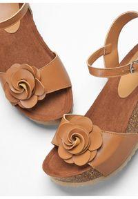 Brązowe sandały bonprix na koturnie, ze sprzączką