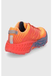 Hoka One One - Buty Speedgoat 4. Nosek buta: okrągły. Zapięcie: sznurówki. Kolor: pomarańczowy. Materiał: guma. Wzór: geometria. Sport: bieganie