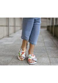 Zapato - damskie klapki na miękkiej podeszwie - skóra naturalna - model 371 - kolor kwiatek. Okazja: na imprezę, na co dzień. Materiał: skóra. Wzór: kwiaty. Sezon: lato, wiosna. Obcas: na płaskiej podeszwie. Styl: klasyczny, wakacyjny, casual