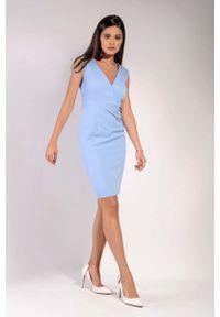 Nommo - Błękitna Klasyczna Dopasowana Sukienka z Kopertowym Dekoltem. Kolor: niebieski. Materiał: wiskoza, poliester. Typ sukienki: kopertowe. Styl: klasyczny