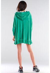 Awama - Bluzowa mini sukienka oversize z kapturem welurowa zielona. Typ kołnierza: kaptur. Kolor: zielony. Materiał: welur. Typ sukienki: oversize. Długość: mini