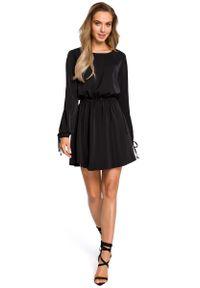 MOE - Czarna Rozkloszowana Sukienka z Rozcięciem i Wiązaniem na Rękawach. Kolor: czarny. Materiał: poliester, elastan