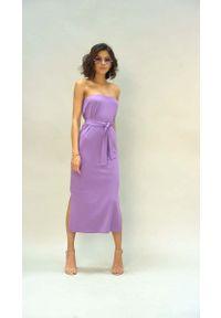 Nommo - Prosta Sukienka Midi z Odkrytymi Ramionami - Fioletowa. Kolor: fioletowy. Materiał: bawełna, poliester. Typ sukienki: proste, z odkrytymi ramionami. Długość: midi