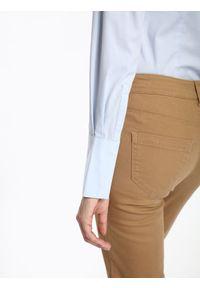 TOP SECRET - Koszula długi rękaw damska gładka. Okazja: do pracy, na spotkanie biznesowe. Kolor: niebieski. Długość rękawa: długi rękaw. Długość: długie. Wzór: gładki. Styl: biznesowy, elegancki, klasyczny