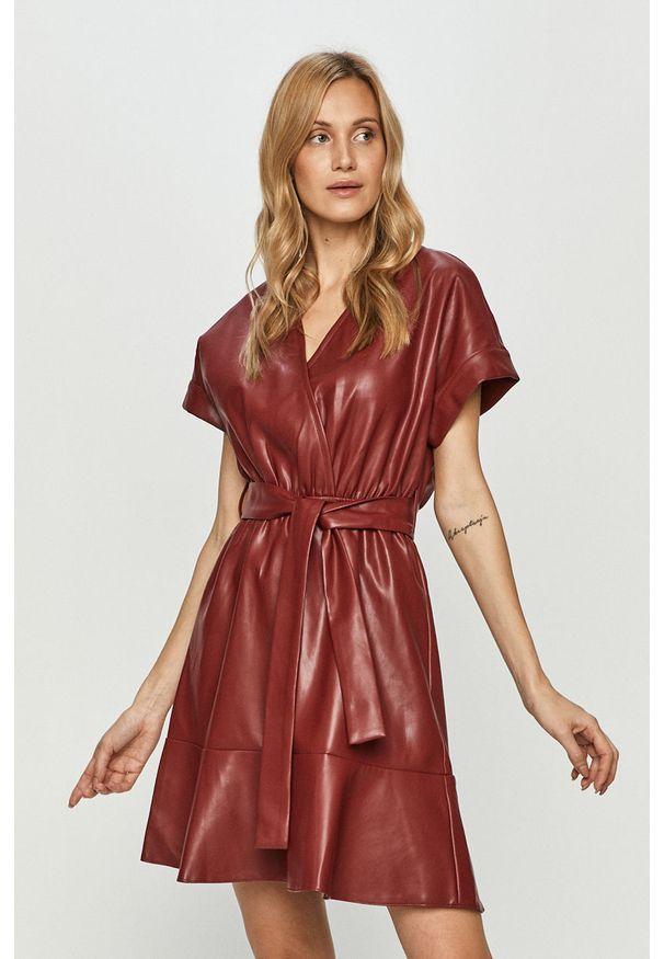Czerwona sukienka Silvian Heach prosta, z krótkim rękawem, na co dzień