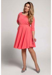 Nommo - Malinowa Rozkloszowana Sukienka z Zaznaczoną Talią PLUS SIZE. Kolekcja: plus size. Kolor: różowy. Materiał: wiskoza, poliester. Typ sukienki: dla puszystych
